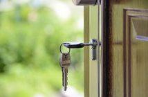 Clés insérés dans la serrure d'une porte d'entrée