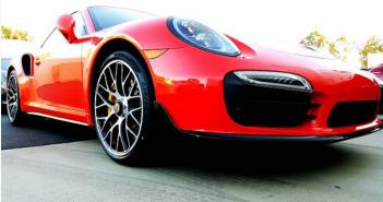Admirer des voitures de luxe au salon de l'auto