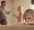 Enfant au milieu de parents qui se disputent