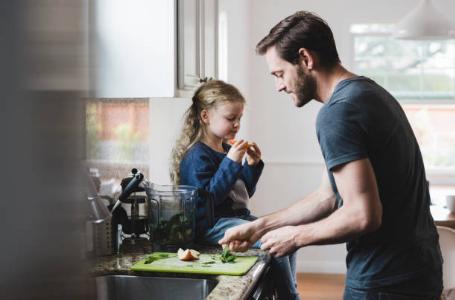 Papa qui cuisine avec sa fille