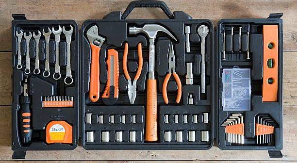Boîte à outils ouverte avec de nombreux outils pour un bricoleur