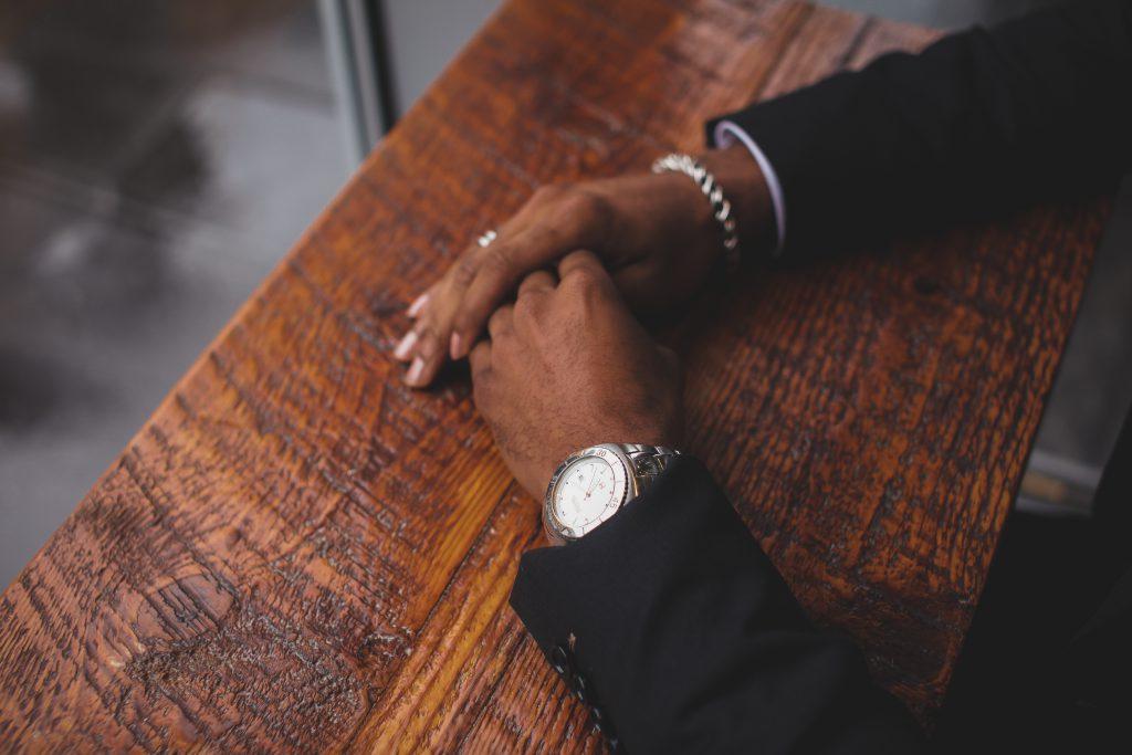 Homme avec montre et bracelets