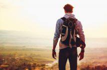 Homme avec un sac à dos face au paysage