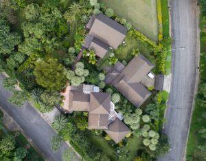 Maisons entourées d'arbres et au bord d'une forêt vues de haut