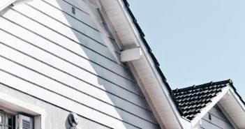 Façades blanches de maison dans un quartier résidentiel