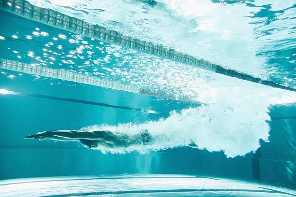 Natation : homme qui plonge sous l'eau