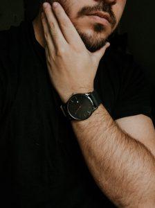 Homme passant la main sur son menton pour voir la pousse de sa barbe