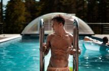 Homme qui sort d'une piscine avec des abdos bien dessinés