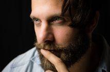 Homme avec belle barbe douce