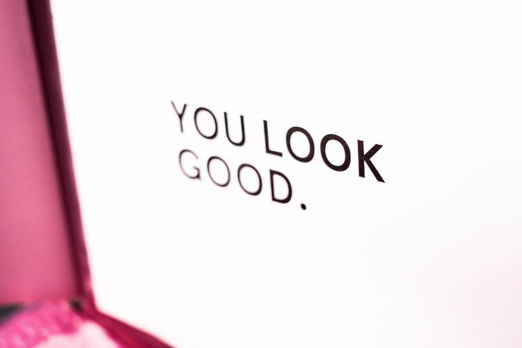 """Texte """"You look good"""" écrit sur un écran d'ordinateur"""