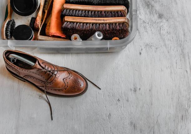 Chaussure et boîte de cirage