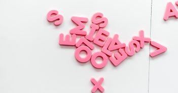 Plusieurs lettres roses sur un fond blanc