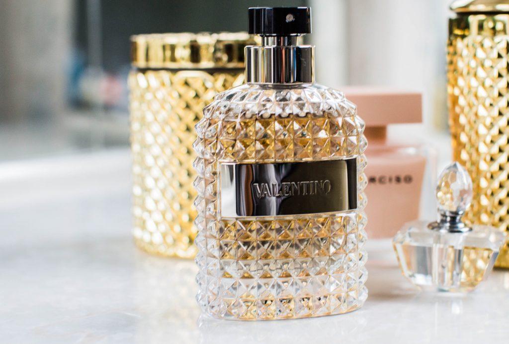 Plusieurs flacons de parfum sur une table blanche