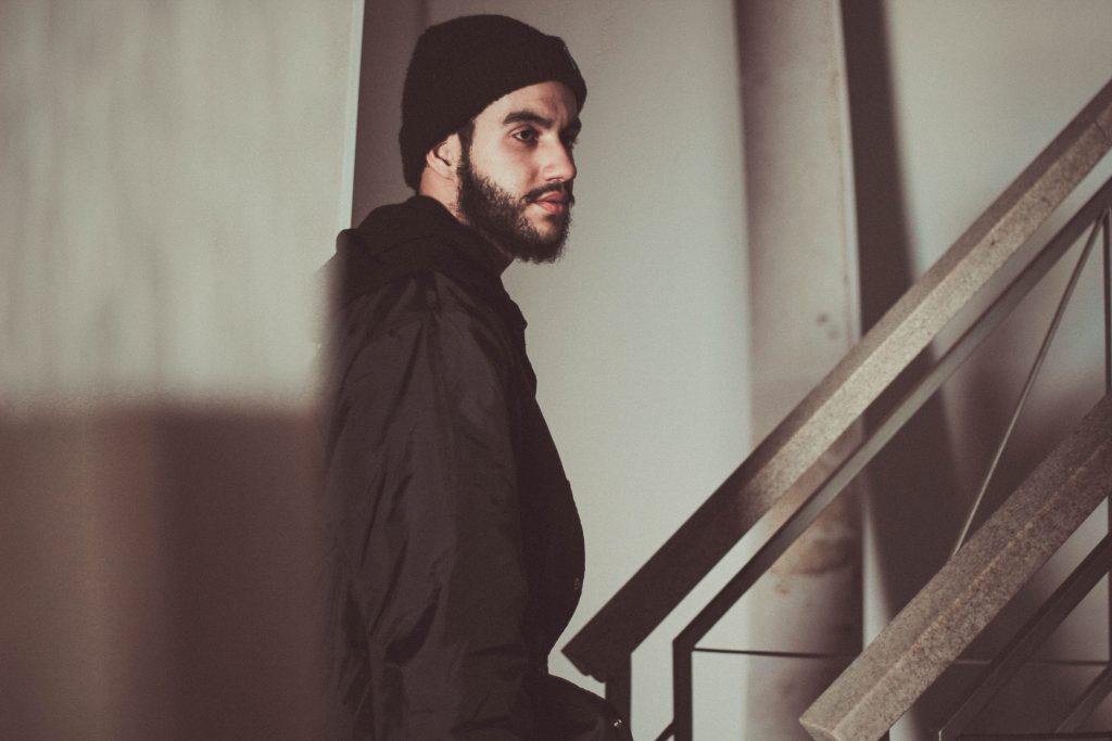 Homme en bonnet noir avec une barbe bien taillée