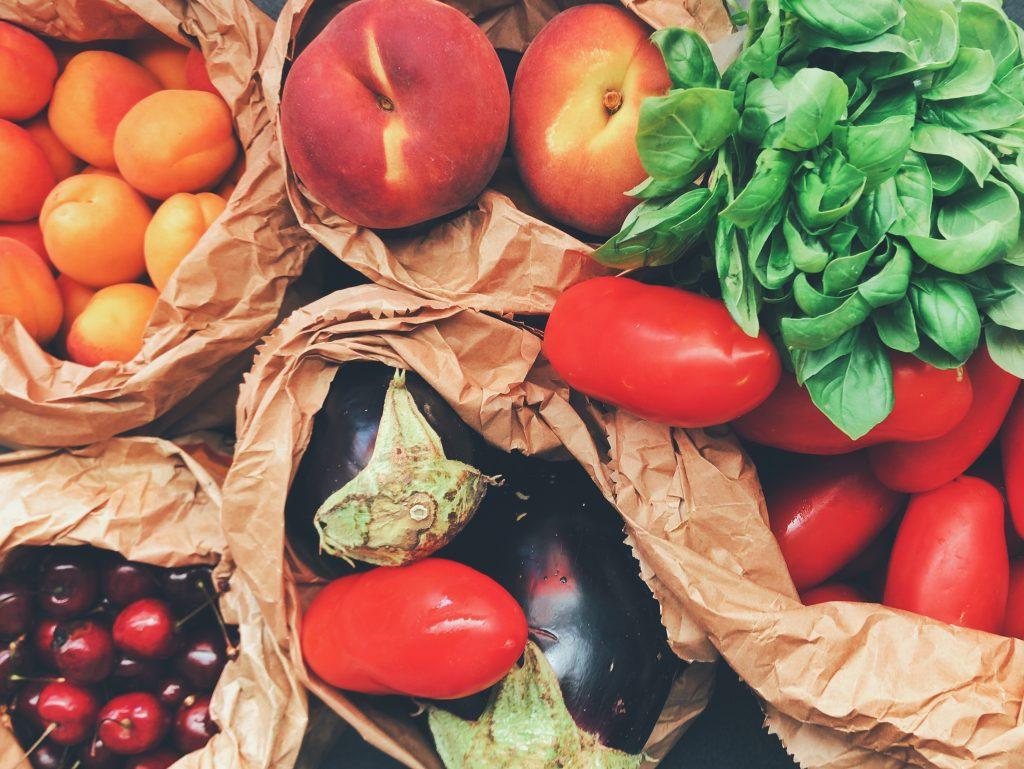 Fruits et légumes dans des sacs en papier