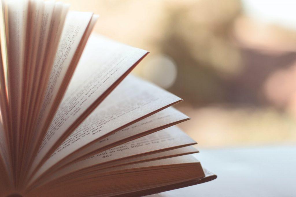 livre ouvert posé sur une table