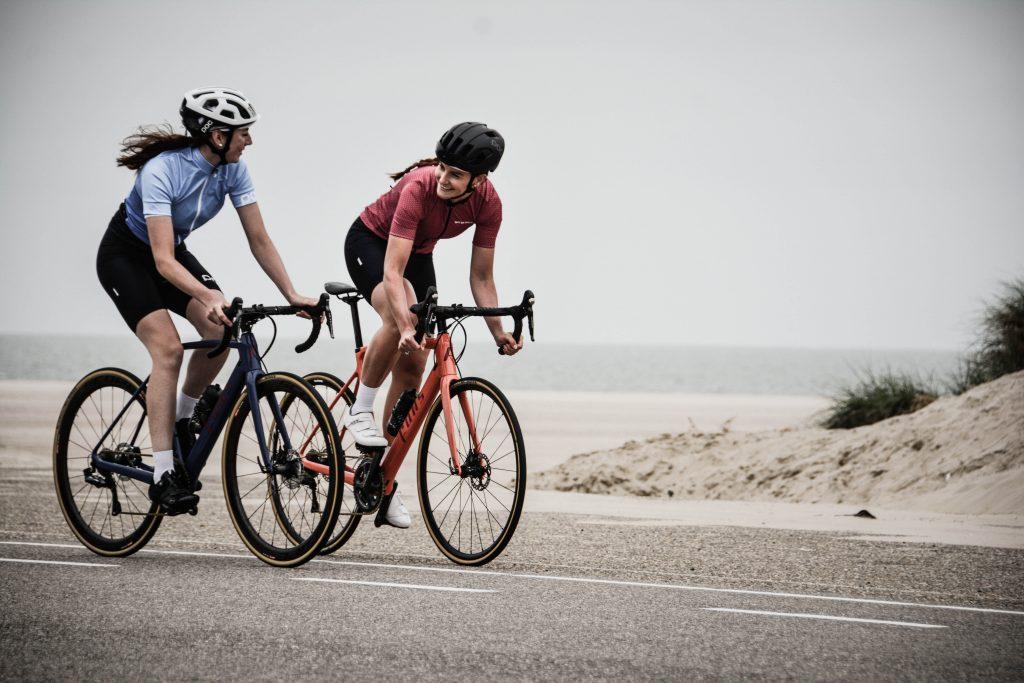 couple de personnes qui font du vélo
