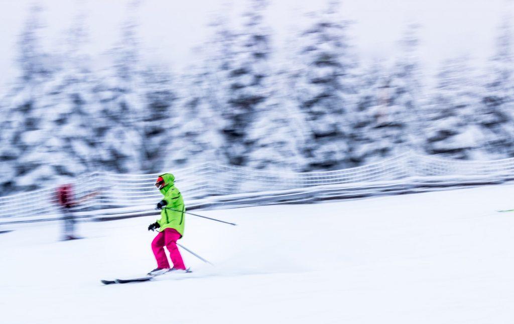 personne qui descend une piste en ski