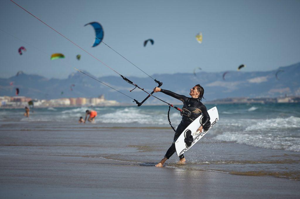 homme qui fait du kitesurf